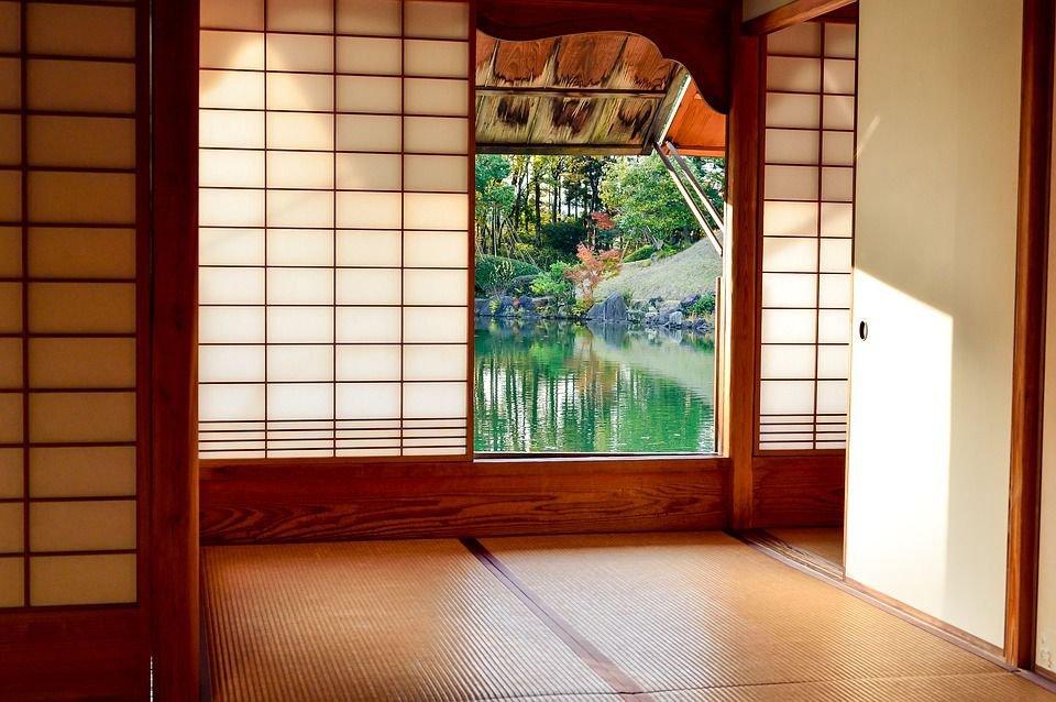 Các khung cửa được làm bằng gỗ